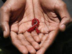 fille donne de l'espoir sida