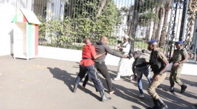 Gyu Marius arrêté devant les grilles du palais